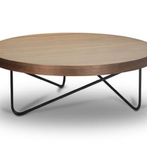 Τραπέζι σαλονιού σε καρυδιά. Διατίθεται επίσης σε δρυ και λάκα ματ ή γυαλιστερή.  Φ100x30εκ.  Από 412€