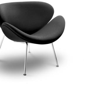 Πολυθρόνα με ύφασμα και μεταλλικά πόδια. Διατίθεται σε διάφορα χρώματα.   Από 670€