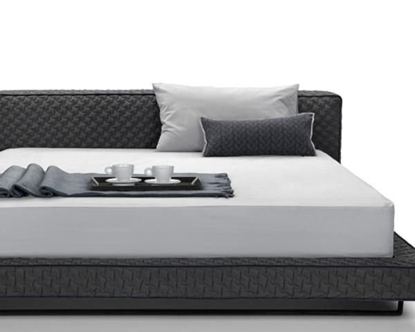 Κρεβάτι 180x240x80εκ.  με αποσπώμενο ύφασμα για στρώμα διαστάσεων 160x200εκ.  Το στρώμα υποστηρίζεται από σανίδες.